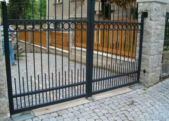 Samonosná vjezdová brána 6,5m + branka 1,2m