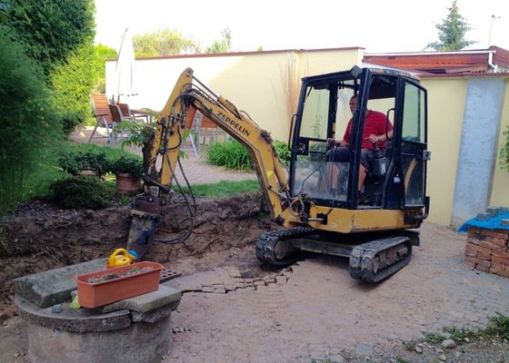 Vykopání základů pro zahradní kamennou zeď 10m x 40cm x 80cm