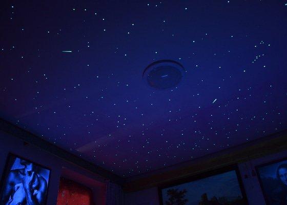 Realistická noční obloha v ložnici dospělých