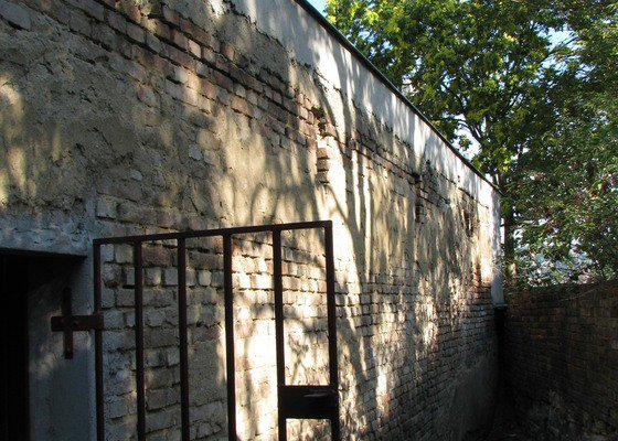 Zednické práce, omítka zdi garáží