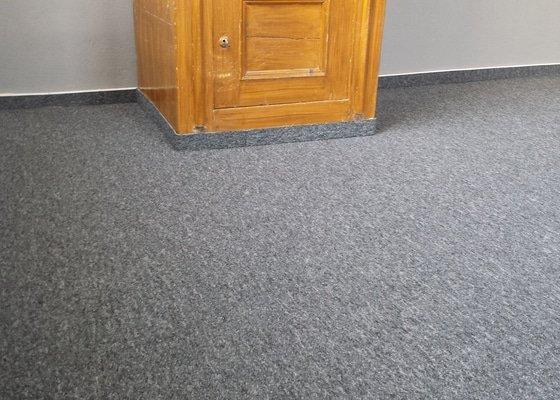 Pokládka kobercových čtverců v kaceláři