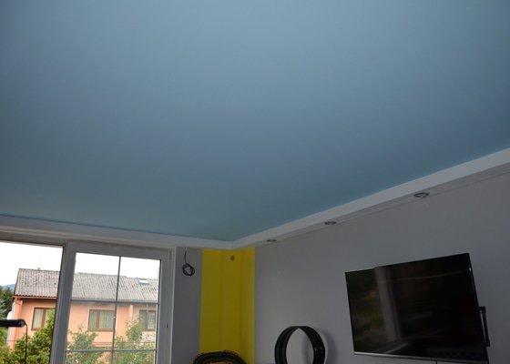Galaxie na stropě dětského pokoje