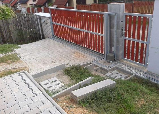 Dokončení schodiště ze zámkové dlažby.