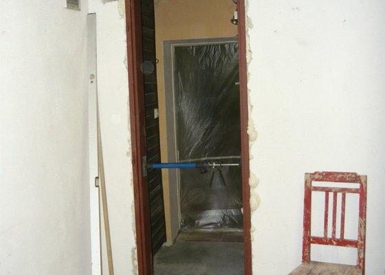 Proražení otvoru pro dveře, vsazení dveřního rámu