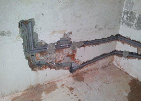 Rekonstrukce kuchyně, stavební úpravy zdí, nové štuky, nové rozvody vody a odpadu, nové rozvody elektro, SDK podhled s izolací včetně bodových světel, zabudování stavebního pouzdra JAP pro posuvné dveře, montáž plovoucí podlahy, malby.