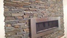 Vnitrni omítky, kamenny obklad kolem krbu zdi
