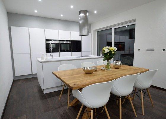 Ostrůvková kuchyně s vestavěným blokem vysokých skříní