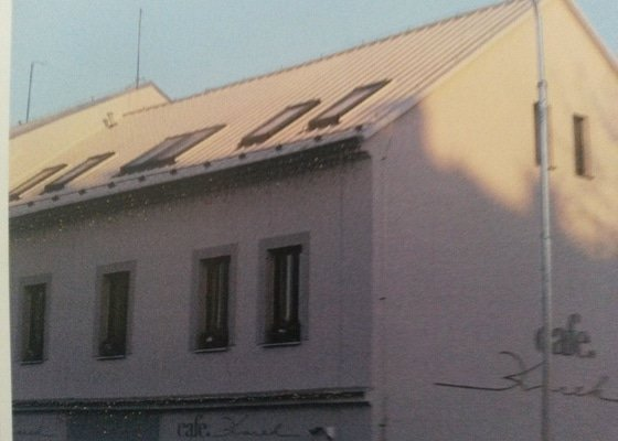 Nový střešní plášť na komerční budově kavárny Café Korek v Klášterci nad Ohří