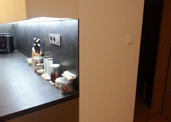Zavedení elektrické zásuvky do vestavné šatní skříně.