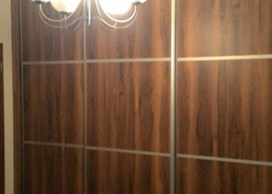 Vestavěnou skříň do ložnice a malou vestavěnou komodu