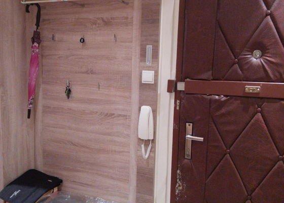 Renovace (zakrytí) plechového sloupku + drobné opravy v panelovém bytě