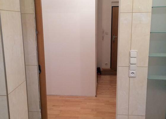 Výroba a instalace zárubní kolem koupelnových dveří