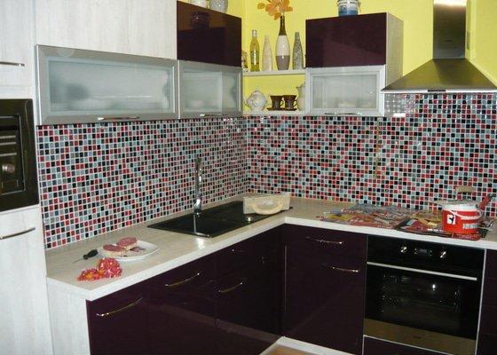 Obklad mozaiky sklo mezi kuchyňskou linkou