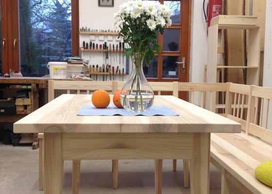 Jídelní stůl s rohovou lavicí z jasanu.