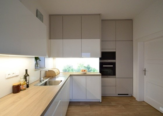 Bezúchytová kuchyně s podsvíceným skleněným obkladem