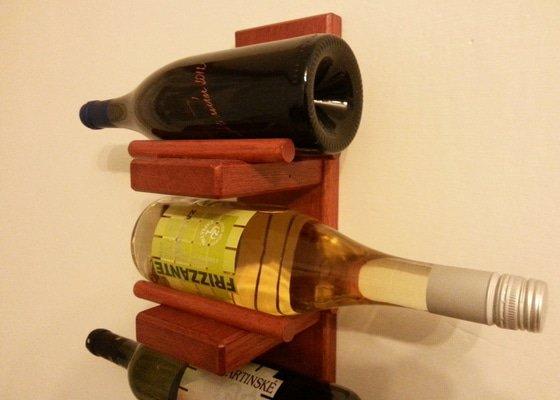 Stojan na víno na zeď