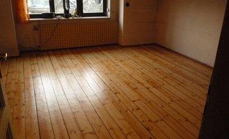 Brouseni drevene podlahy prkna cca 40m2 p1060717