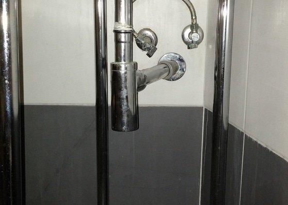 Montáž koupelnové skřínky (posunutí vody a odpadu)