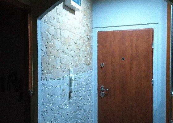 Obklad stěny v předsíní imitací kamene, obklad stropu sádrokartonem, zapojení světlae
