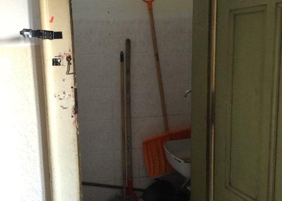 Montáž průtokového ohřívače, výměna sanitární keramiky a zabezpečení dveří