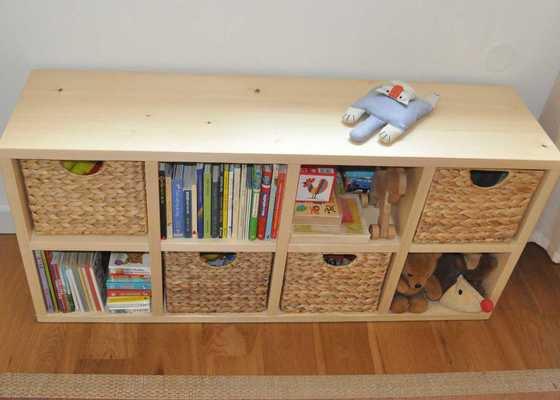 Dřevěný regál na hračky.