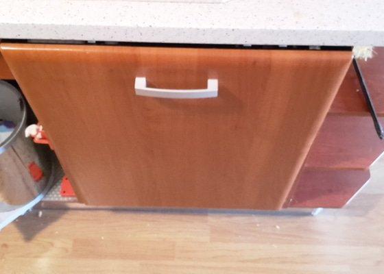 Instalace nové vestavěné myčky + oprava vytržených dvířek kuchyňské linky