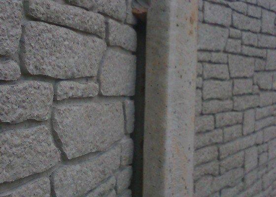 Oplocení pozemku betonovým plotem a dodání brány ,branky s výplní tahokovu včetně montáže