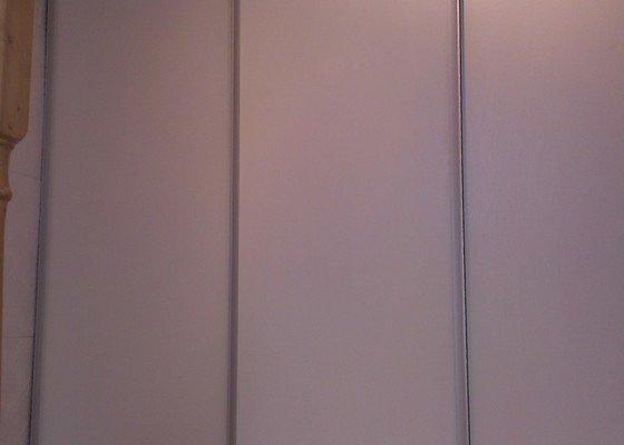 Výroba posuvných skříňových dveří