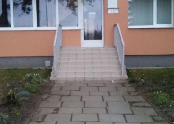 Pokládka venkovní dlažby a úprava venkovních schodů.