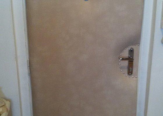Polstrování vchodových dveří z vnitřní strany