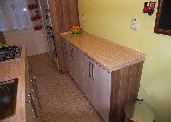 Paneláková kuchyně, skříň a sklopná postel