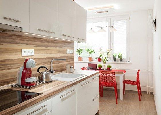 Moderní kuchyň v panelovém domě, minimalistický obývací pokoj a předsíň