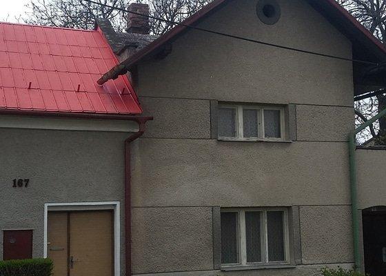 Drobná oprava komínu na střeše starého domu