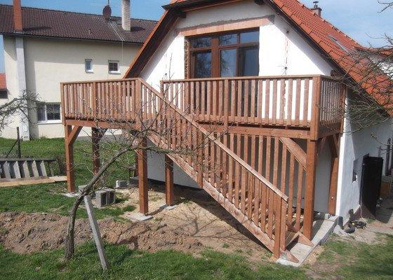 Venkovní dřevěné schodiště s terasou