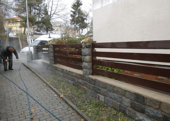 Čištění dlažby, zídek, dřevěného plotu