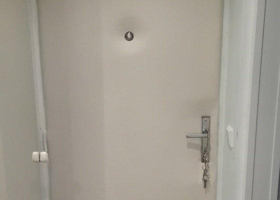 Odhlučnění vstupních bytových dveří koženkou