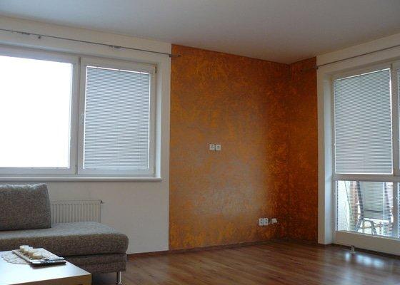 Dekorace stěn v chodbě a obývacím pokoji