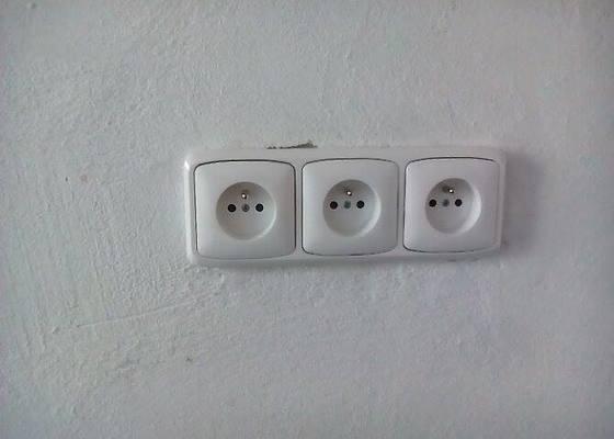 Elektrikáře (jistič na varnou desku a zásuvky)
