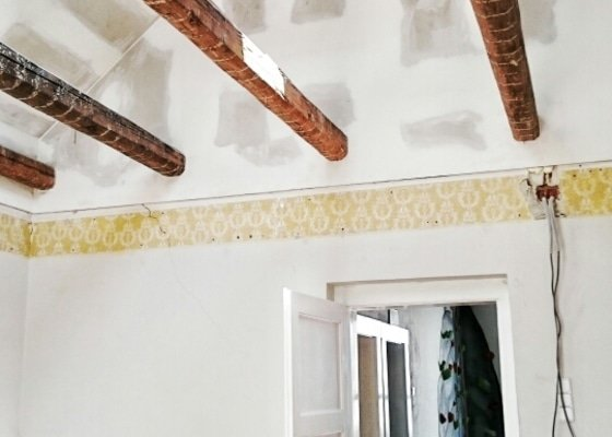 Zateplení střechy, sádrokartonářské práce a instalace střešních oken.