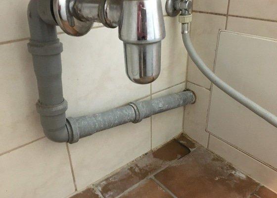 Výměna kohoutku pro přívod vody k pračce, utěsnění odtokové trubky a oprava zatuhlého kolečka u plynového sporáku