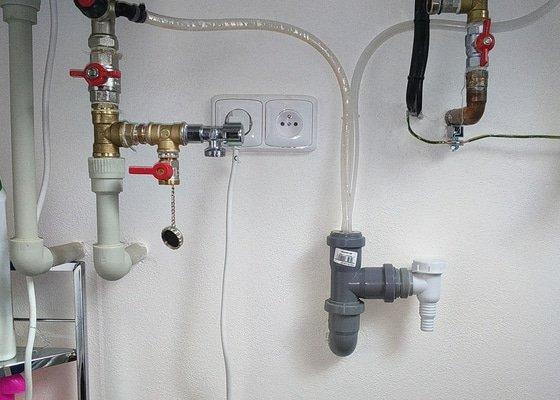 Přívod vody a odtok vody z pračky