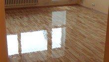 Zbroušení a nalakování dřevěné plovoucí podlahy