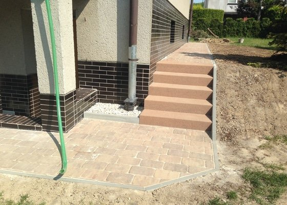 Stavbu chodníků okolo rodinného domu, opravu a úpravu garážového vjezdu