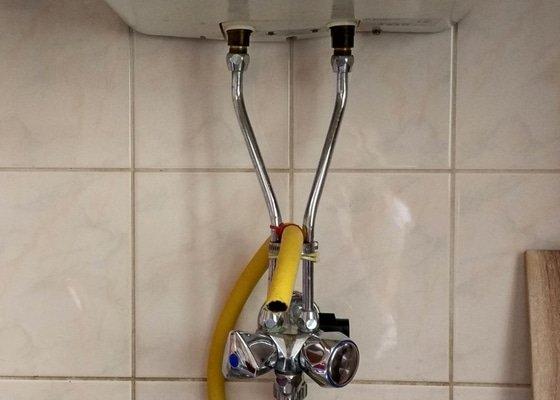 Instalace vodovodni baterie, zavedeni ze steny do drezu