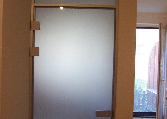 Skleněné dveře a část prosklené zdi