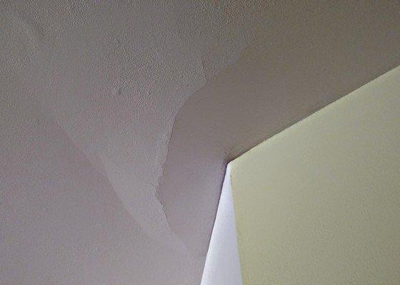 Oprava omítky stropu v bytě