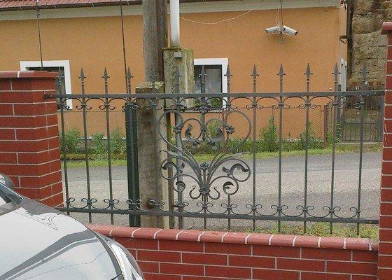 Kovové výplně plotu