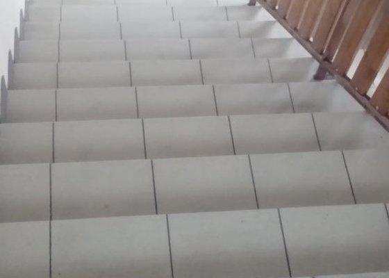 Pokládka dlažby zádveří se schodištěm