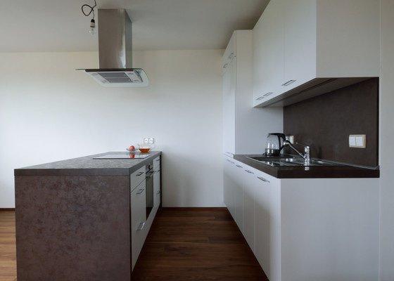 Ostrůvková kuchyně s pečicí troubou pod varnou deskou