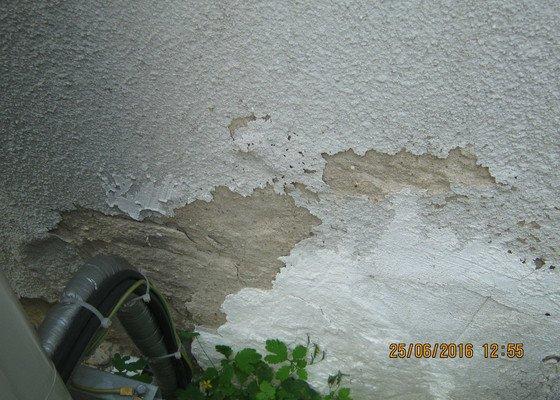 Hrubá fasáda jedné zdi domu + drobné opravy prasklin